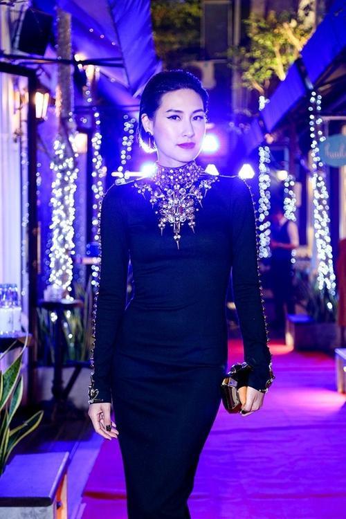 Đêm qua, nữ diễn viên cá tính Kathy Uyên đã dự tiệc khai trương một nhà hàng của bạn cô tại thành phố Hồ Chí Minh.