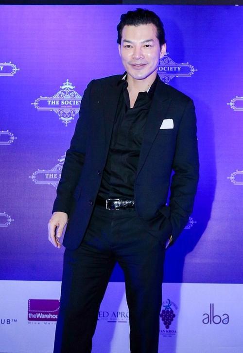 Quý ông Trần Bảo Sơn lịch lãm với vest đen.