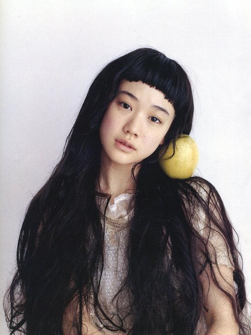 Đầu năm 2010, Song Joong Ki tiết lộ anh hâm mộ nữ diễn viên người Nhật Yu Aoi - người nổi tiếng với diễn xuất sống động cũng như vẻ đẹp thuần khiết.