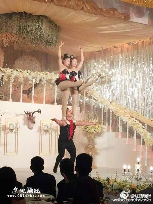Những màn biểu diễn nghệ thuật đặc sắc thu hút sự chú ý của các khách mời.