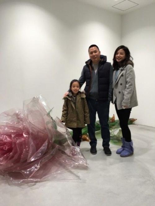 Triệu Vy khoe quà của chồng trong ngày sinh nhật: bó hoa khổng lồ gồm 999 bông hồng.