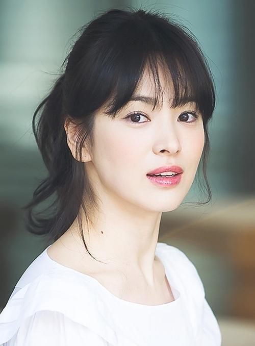 Gò má ửng hồng đáng yêu của Song Kye Kyo không hề khó thực hiện. Các bạn chỉ cần chọn lựa phấn phù hợp tông da, đánh nhẹ ngay gò má để tạo hiệu ứng màu nhẹ nhàng.