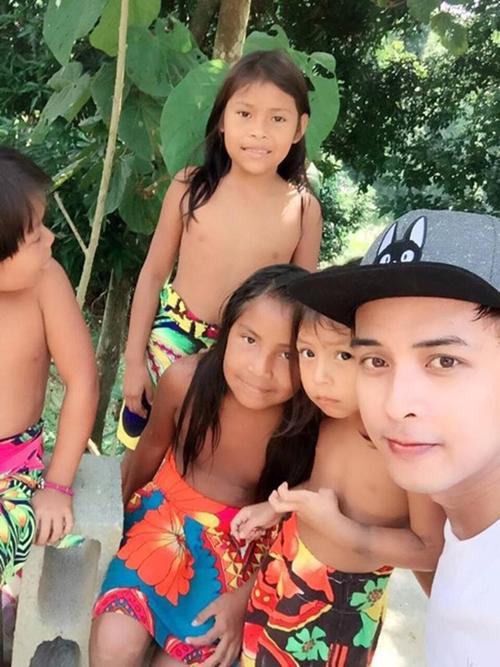 Nam ca sĩ thân thiện chụp hình chung với các em nhỏ.