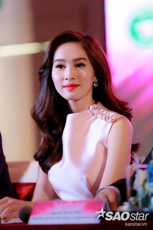 """Hoa hậu Đặng Thu Thảo nổi bật trong sự kiện. Ở Hoa hậu Việt Nam năm nay, cô sẽ giữ vai trò """"cầm cân nảy mực""""."""