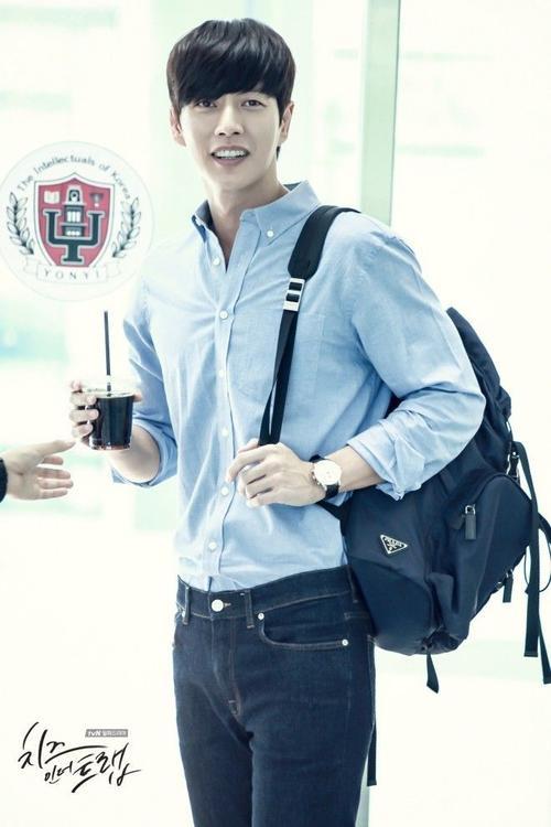 Tạo hình 'sinh viên nghiêm túc' của Park Hye Jin trong Cheese in the trap.  Một chàng trai trẻ trung và năng động với combo sơ mi + quần jean + ba lô dẫu cho anh đã 33 tuổi.