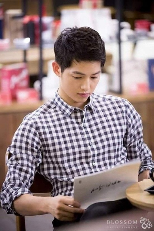 Anh chàng mặc áo sơ mi trong buổi đọc kịch bản Hậu duệ mặt trời.