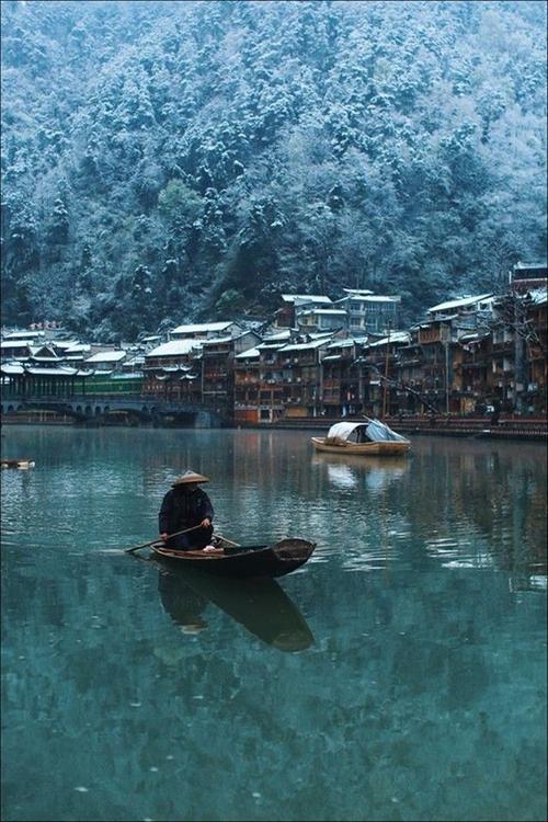 Người chèo thuyền trên sông Đà Giang.