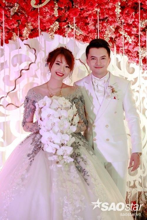 Nam Cường và vợ trong đám cưới.