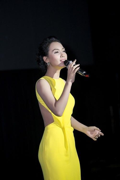 Chiếc đầm vàng dài thướt tha của nhà thiết kế Lê Thanh Hòa mà Ái Phương chọn không quá cầu kì, giúp người đẹp thể hiện trọn vẹn tinh thần nhẹ nhàng, trong sáng của Tôi thấy hoa vàng trên cỏ xanh.