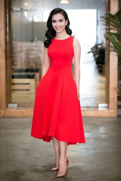 Nữ ca sĩ xinh đẹp, thu hút ánh nhìn của khán giả trong bộ đầm đỏ của Hoàng Minh Hà kết hợp với đôi giày hiệu Louboutin kim sa ombre đỏ.