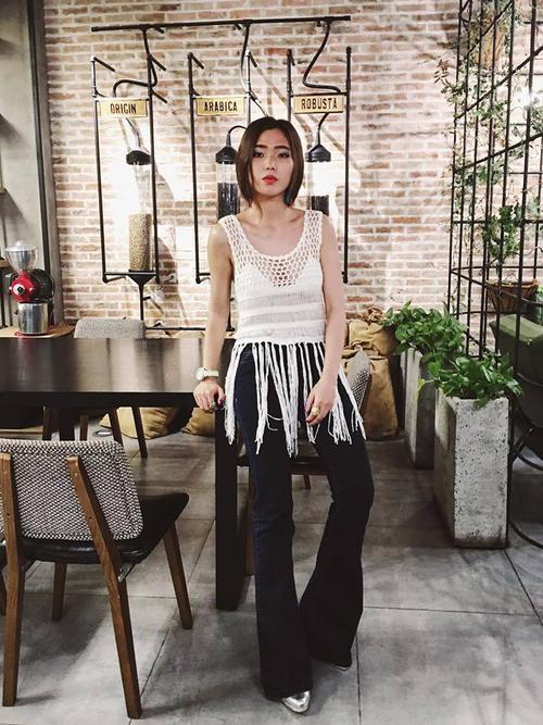 Dù được biết đến là một cô nàng yêu sắc màu, nhưng thi thoảng Kaylee cũng muốn diện những outfit đơn giản và có điểm nhấn như tantop tua rua này.