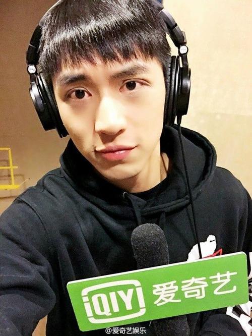 Hứa Nguy Châu trong buổi trò chuyện với iQiyi.