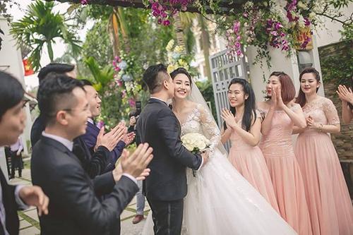 Ngô Trà My không giấu được niềm hạnh phúc khi được ông xã Lê Hoàn âu yếm hôn má.