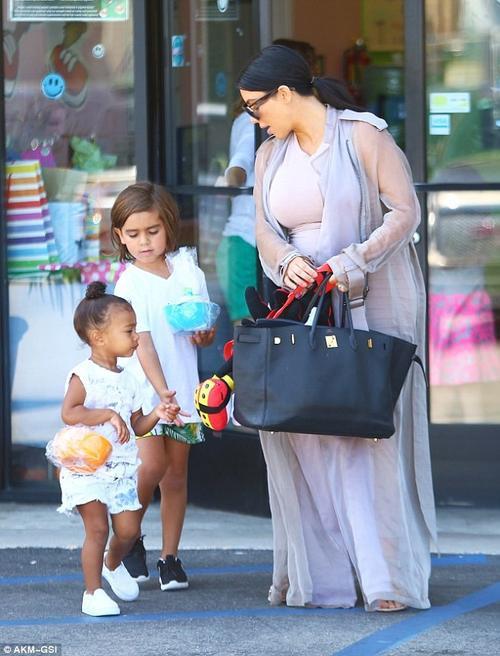 Kim xách túi Hermes đen có giá 50.000 USD đi chơi cùng con gái North.