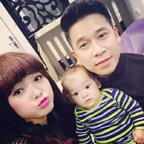 Dù nam ca sĩ rất kín tiếng khi Việt Huê mang thai nhưng đến khi con được sinh ra, anh không còn muốn giấu niềm hạnh phúc vô bờ bến này.