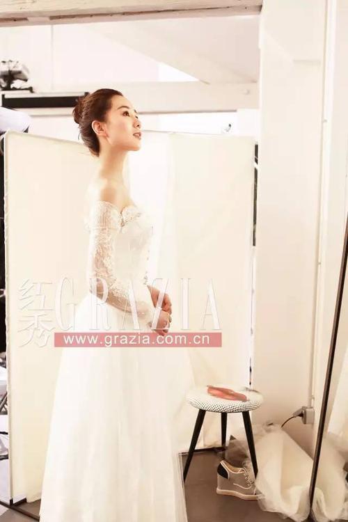 Lưu Thi Thi trong trang phục váy cưới sang trọng của Carven. Bộ váy được thiết kế dành riêng cho người đẹp.