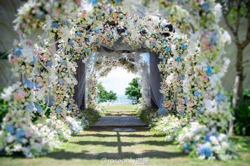 Không gian cưới ngập hoa tươi của cặp sao.