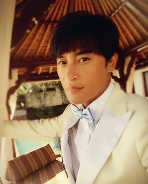 Trần Chí Bằng bảnh bao với vest trắng.
