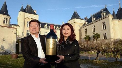 Vợ chồng Lam Kok chụp ảnh kỷ niệm trước lâu đài Chateau de la Riviere.