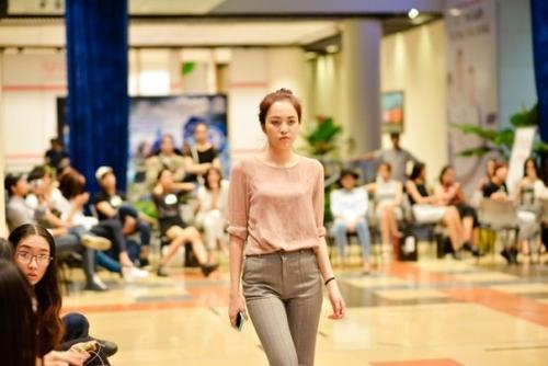 Các người mẫu phải bước đi, xoay người nhanh, chậm theo đúng tiết tấu nhạc nhưng vẫn giữ phong thái tự tin, năng động của những cô nàng thành thị.