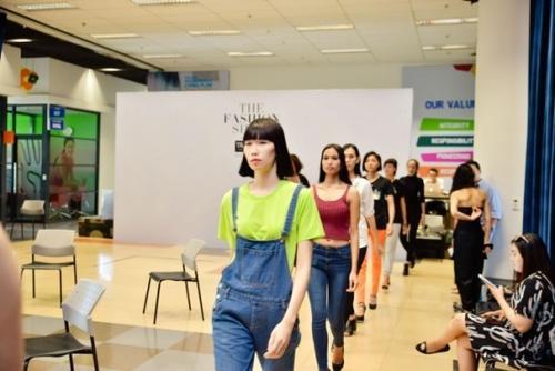 Không khí khẩn trương và háo hức trông chờ The Fashion Show đã lan tỏa khắp khán phòng buổi tổng duyệt đầu tiên trước khi ráp với sân khấu.