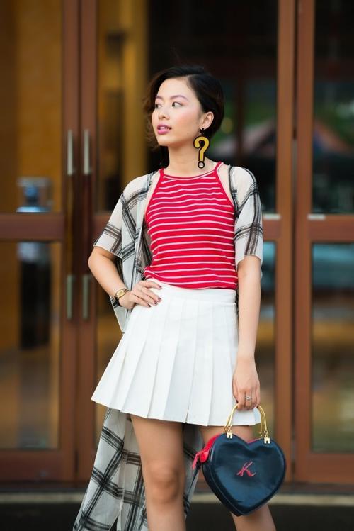 Hoa tai đậm chất Kpop như thế này sẽ làm tổng thể trang bộ trang phục đơn giản trở nên nổi bật hơn.