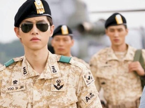 Song Joong Ki trong vai đại úy Yoo Shi Jin của Hậu duệ mặt trời.