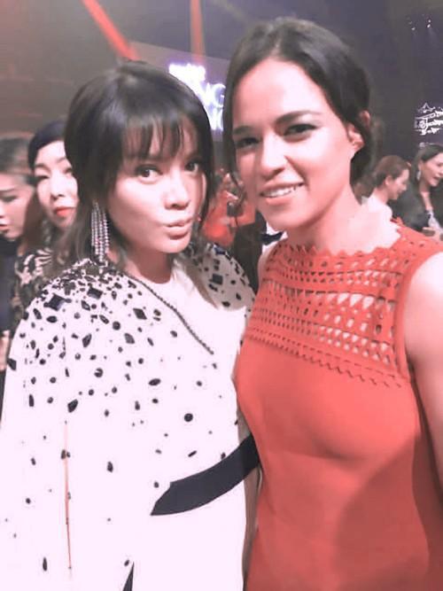 Lý Nhã Kỳ là nghệ sĩ Việt Nam duy nhất có mặt tại đây. Cô rất vui khi gặp lại ngôi sao phim 'Fast & Furious 7' - Michelle Rodriguez. Trước đây, hai người từng gặp nhau tại LHP Cannes tổ chức ở Pháp.
