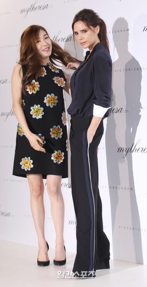 Hôm 21/3, Tiffany Hwang tham dự sự kiện nhãn hàng ở Seoul, tại đây, thành viên SNSD có dịp gặp gỡ nhà thiết kế nổi tiếng Victoria Beckham đang có chuyến công tác ở Hàn Quốc.