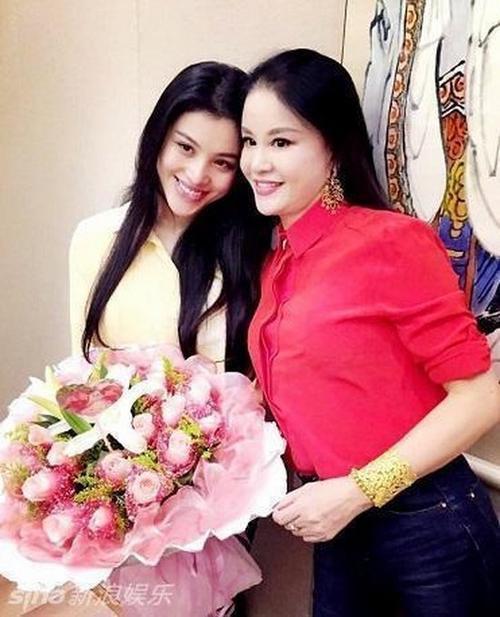Cát Thiên chụp ảnh cùng mẹ. Nữ diễn viên chia sẻ, cô từng giận bản thân vì không thể gợi cảm như mẹ.