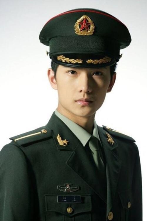 """Tạo hình quân nhân của Dương Dương cũng khiến người hâm mộ """"phát cuồng"""""""