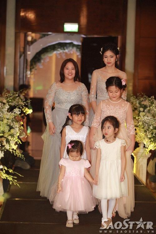Em gái Trà My cùng các thành viên khác trong gia đình đảm nhận vai trò phù dâu.