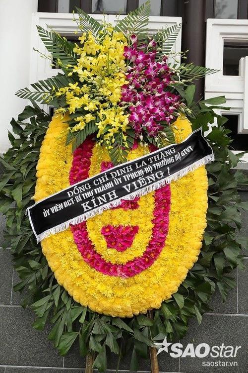 Bộ trưởng Đinh La Thăng gửi vòng hoa viếng tượng đài của rock Việt.