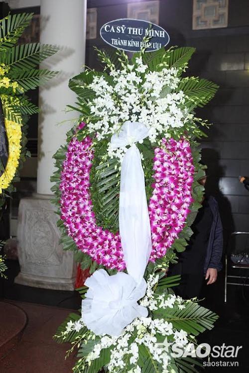 """Vòng hoa chia buồn của ca sĩ Thu Minh - người đồng nghiệp cùng giữ vai trò """"cầm cân nảy mực"""" với anh ở Giọng hát Việt 2012."""