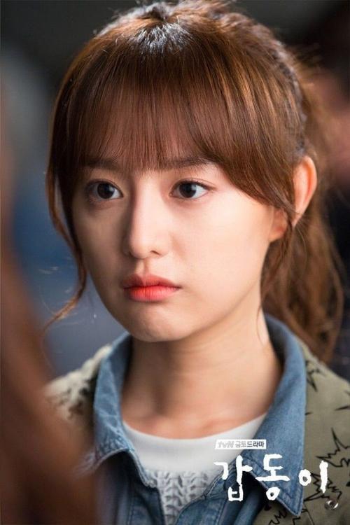Với mái tóc như trong phim Gap Dong này, son môi màu cam sẽ là chọn lựa khá hoàn hảo.