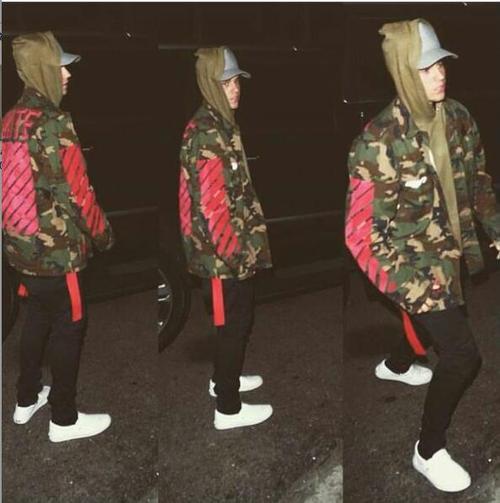 Chàng ca sĩ tài năng Justin Bieber thường xuyên được bắt gặp ngoài đường phố với những chiếc áo camo jacket.