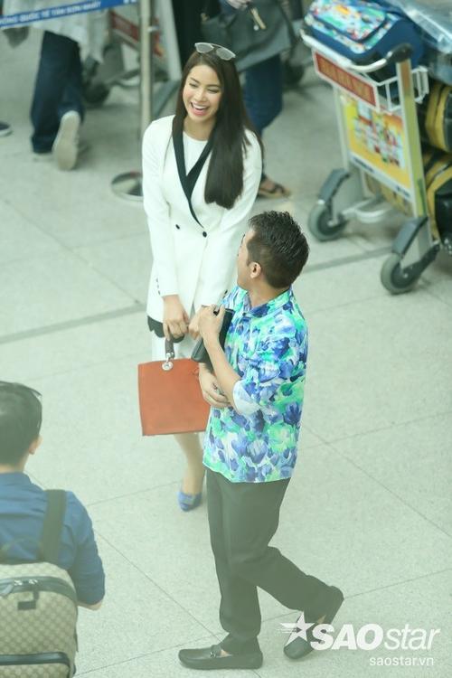 Vốn sẵn khiếu hài hước nên anh luôn khiến Hoa hậu Hoàn vũ Việt Nam 2015 không thể nhịn cười trong cuộc trò chuyện trước giờ lên máy bay.