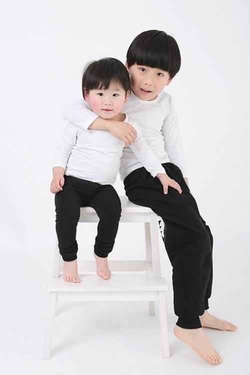 Cậu bé A Lực và em gái Tiểu Hoa.