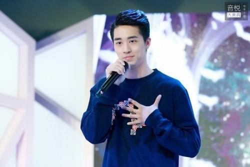 Ảnh của Hứa Ngụy Châu trong sự kiện cùng ngày. Đây được cho là tấm ảnh mà Cảnh Du đang ngắm.