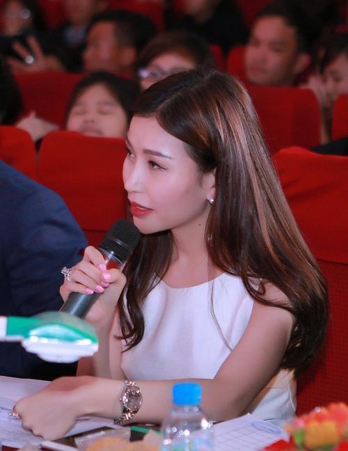 Hoa hậu doanh nhân Thế giới người Việt 2016 Nguyễn Lan Cúc đặt câu hỏi cho thí sinh.