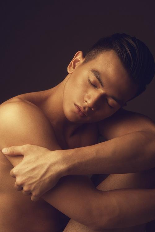 Ở Lê Xuân Tiền, đó là sự kết hợp hài hoà giữa những đường nét, góc cạnh của người đàn ông trưởng thành cùng sự đáng yêu, trẻ trung, năng động.