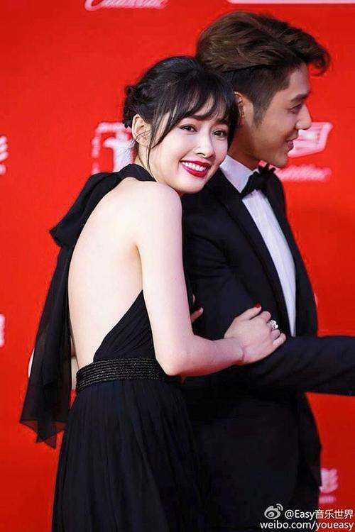 cho dù nam diễn viên điển trai Hồ Vũ Uy có nhấn follow weibo, cô nàng vẫn một mực không follow lại