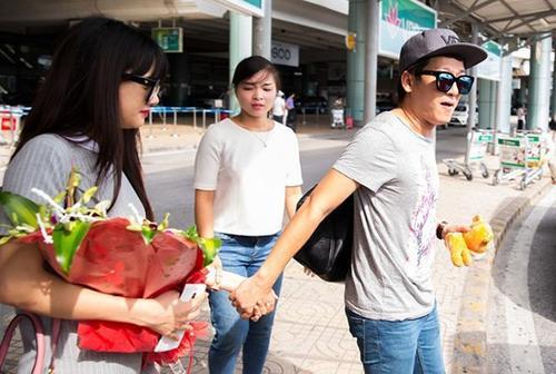 Trương Giang còn liên tục nắm chặt tay kéo Nhã Phương đi khi cả hai di chuyển ở sân bay.