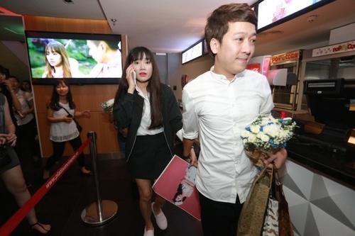 """Khi ra Hà Nội công chiếu phim """"49 ngày"""", Trường Giang cũng không rời Nhã Phương nửa bước, đi đâu anh cũng nắm tay bạn gái dẫn đi theo."""