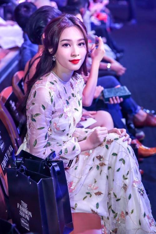 Không còn nghi ngờ gì nữa, hoa hậu Đặng Thu Thảo hoàn toàn tỏa sáng một cách thuyết phục với mái tóc ngôi giữa buông xõa vô cùng thu hút người nhìn. Sẽ không ngoa nếu nói cô ấy có phong cách ăn mặc hiện được giới phê bình đánh giá là giữ phong độ khá tốt trong thời gian gần đây.