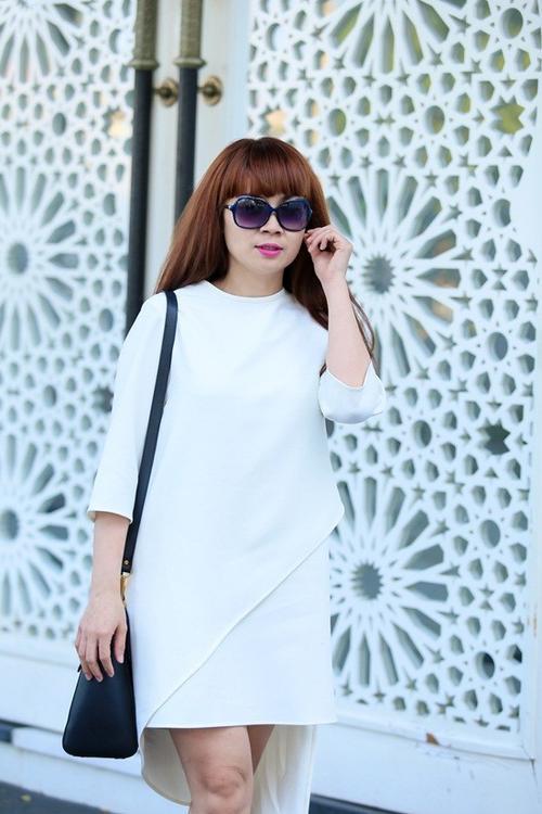 Với bộ cánh trắng được thiết kế tỉ mỉ cùng những đường cắt mềm mại ở phần chân váy, giám khảo The Remix - Hòa âm ánh sáng 2016 trở nên trẻ trung hơn tuổi thật rất nhiều.
