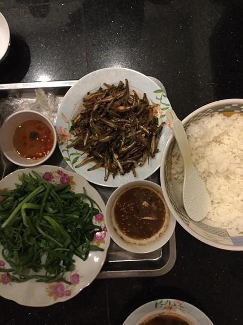 Cách đây không lâu, Hoài Linh từng chia sẻ, sở thích của mình chỉ đơn giản là các món ăn dân dã, quen thuộc từ bé như cá khô, mắm tép, rau luộc,...