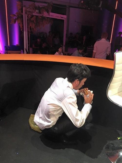 Khoảnh khắc nghệ sĩ ngồi xổm, đang tranh thủ ăn vội bánh mỳ khiến nhiều người hâm mộ không khỏi xót xa và thêm yêu mến Hoài Linh hơn.