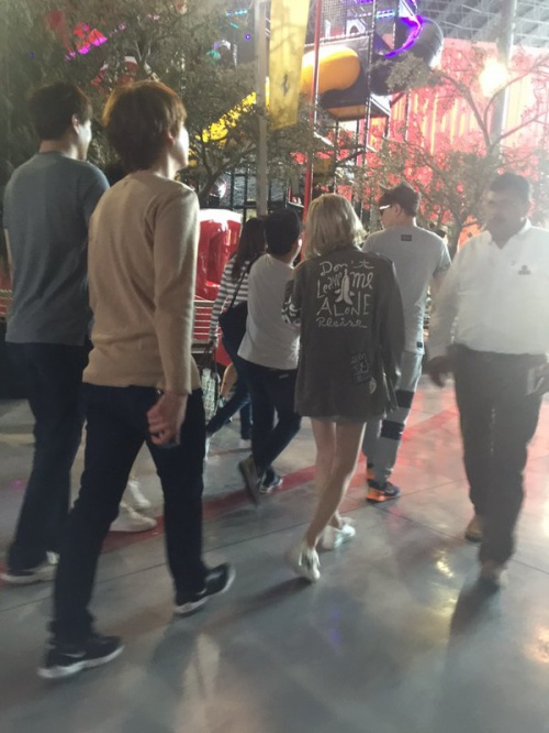 Kyuhyun (áo màu nude) cùng Taeyeon (tóc vàng) xuất hiện cùng nhau tại Ferrari World