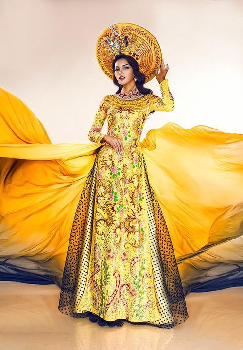 Bộ quốc phục chính thức được lựa chọn để tranh tài tại phần thi Trang phục dân tộc đẹp nhất (ngày 30/3) là áo dài may theo kiểu long bào với tông màu vàng sang trọng. Đây là bộ trang phục được hoàn thành bởi đa số họa tiết Việt Nam với hình ảnh rồng, phượng đậm nét Á Đông nhưng kết hợp với cách mặc của người Ai Cập cổ đại.